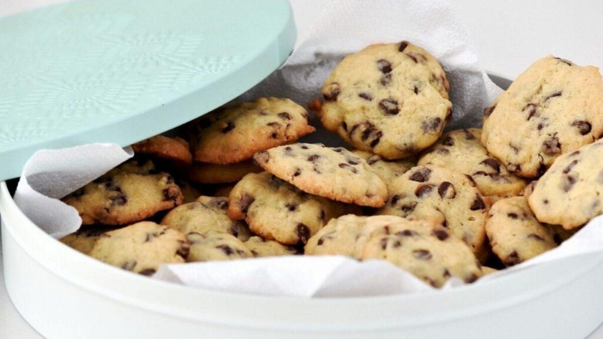 Cookies in a green tin