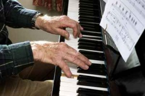 Britannia_elderly_pianist_photo