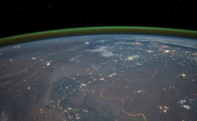 The nightside green airglow layer surrounding the Earth near 90 km observed from the International Space Station