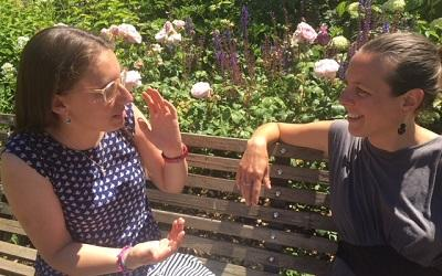 Dr Tendayi Bloom in discussion with Dr Sara de Jong