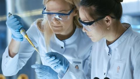 ThinkstockPhotoes-827581036 - Research scientists